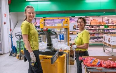 Kaksi kaupan työntekijää
