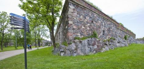Harmaakivinen bastioni Kunnia Piperin puiston reunalla.
