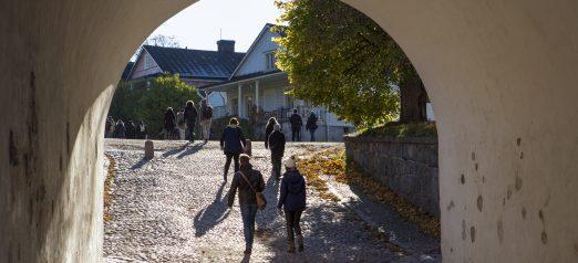 Ihmisiä kulkemassa läpi Rantakasarmin holvikaaren.