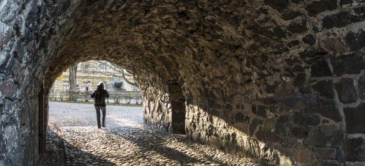 Bastioni Höpkenin sisältä, suuaukolla näkyy kaukaa ihmisen hahmo.