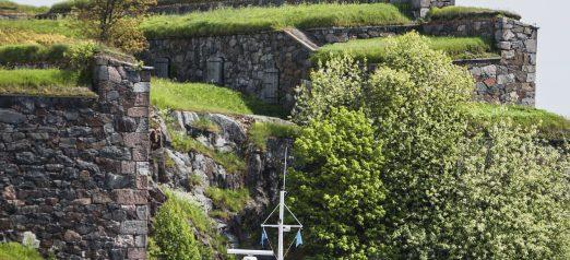 Vesibussi saapumassa Tykistölahteen, taustalla näkyvät muurit.