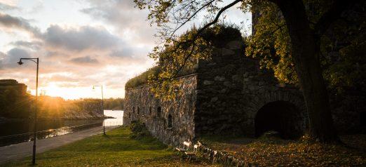 Ilta-aurinko bastioni Höpkeniltä kohti Tykistölahtea syksyllä.