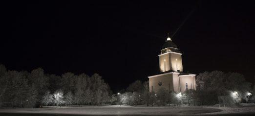 Suomenlinnan kirkko yöaikaan talvella.