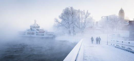 Pikku-Mustasaaren sillalta kuvattu lautta saapumassa merisavun keskeltä.