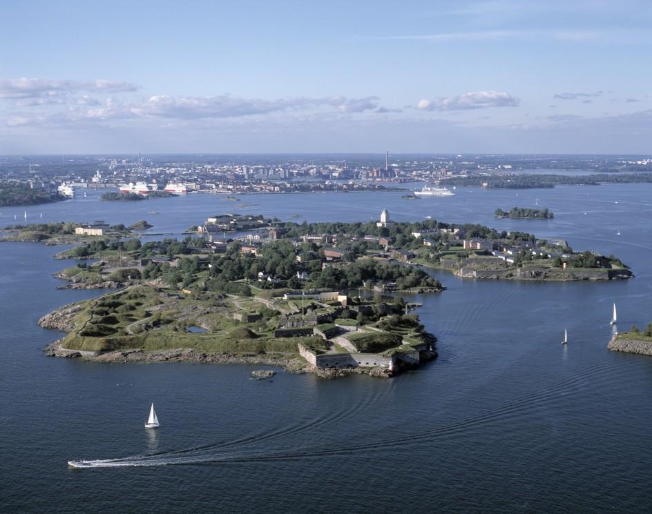 Ilmakuva Suomenlinnasta kesällä, edustalla purjevene