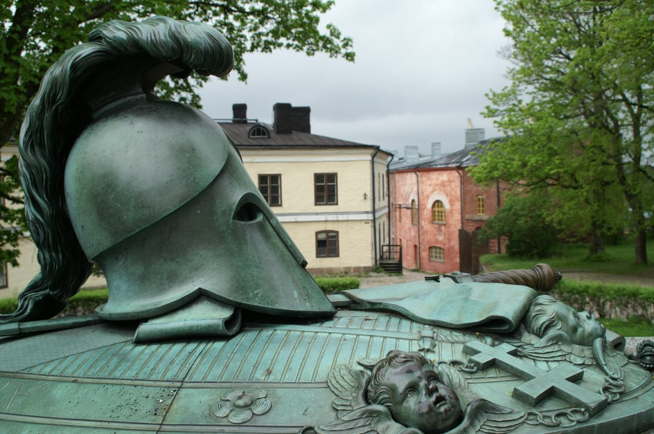 Kuva Suurelta linnapihalta. Etualalla Augustin Ehrensvärdin monumentaalinen hauta.