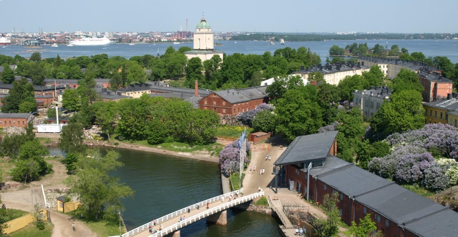 Ilmakuva Susisaarelta Isolle Mustasaarelle. Kuvassa mm. Suomenlinnakeskus, Susisaaren silta sekä Suomenlinnan kirkko.