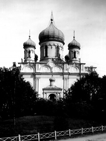 Kuvassa on Suomenlinnan kirkko venäläisellä aikakaudella, jolloin kirkossa oli vielä sipulikupolit. Kuva on mustavalkoinen.