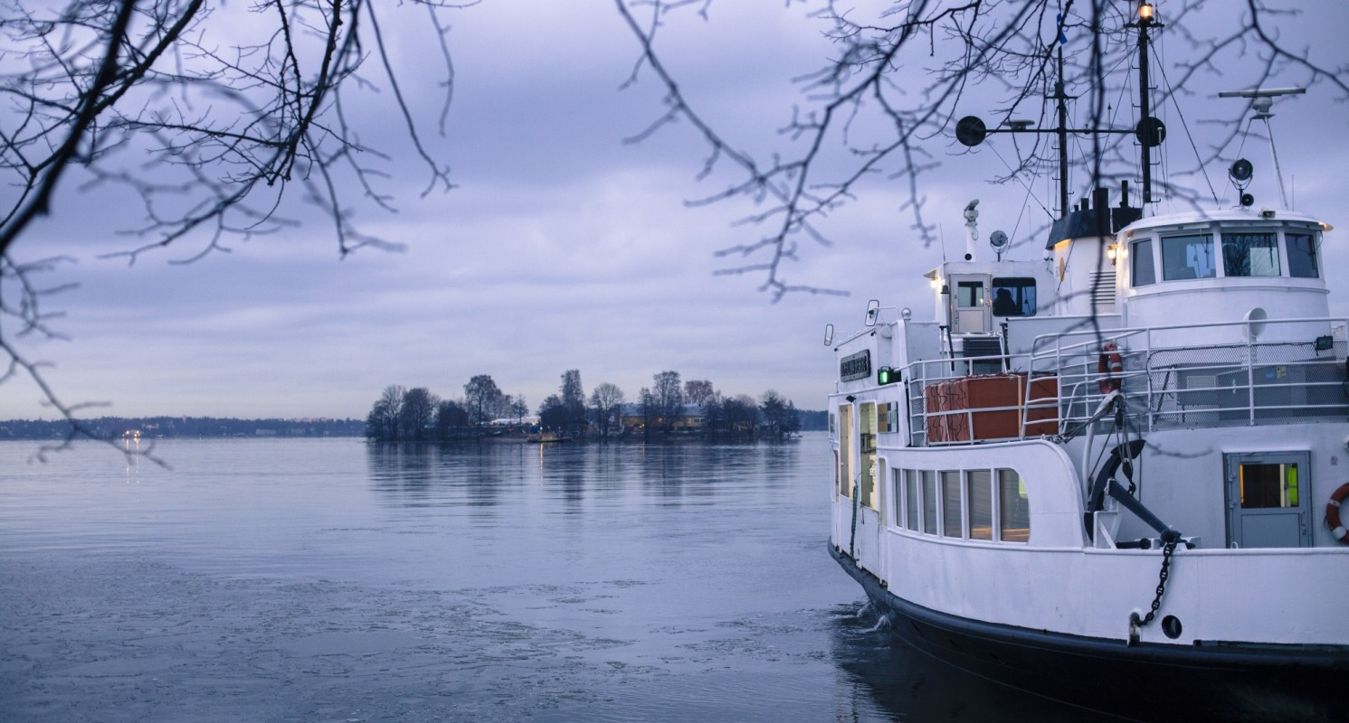Suokki-lautta Suomenlinnan laiturissa, taustalla näkyy Lonnan saari