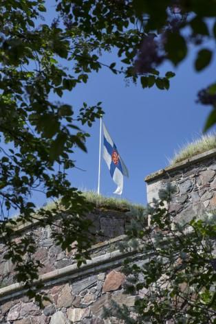 Osa bastioni Zanderia, jonka päällä liehuu Suomen lippu. Kuva on otettu kesällä.