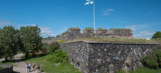 Suomen lippu liehuu kesällä bastioni Zanderin päällä.