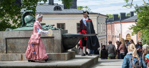 Tilanne lasten sekkailukierroksesta Linnapihalta, Lapset ovat kerääntyneet haudan ympärillä katsomaan esitystä.