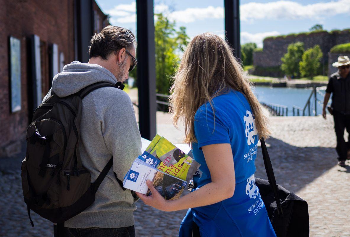 Matkailuneuvoja opastaa kävijää Suomenlinnassa