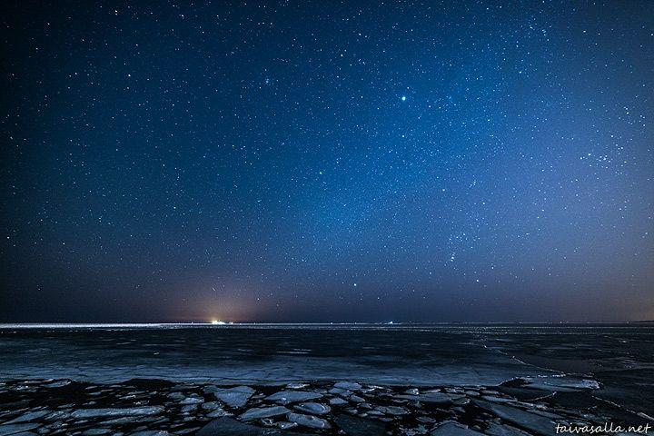 Kuva öisestä tähtitaivaasta