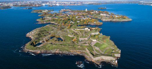 Kuvassa näkyy Suomenlinna ilmasta käsin. Etualalla Kustaanmiekka ja taustalla näkyy Helsingin mantere
