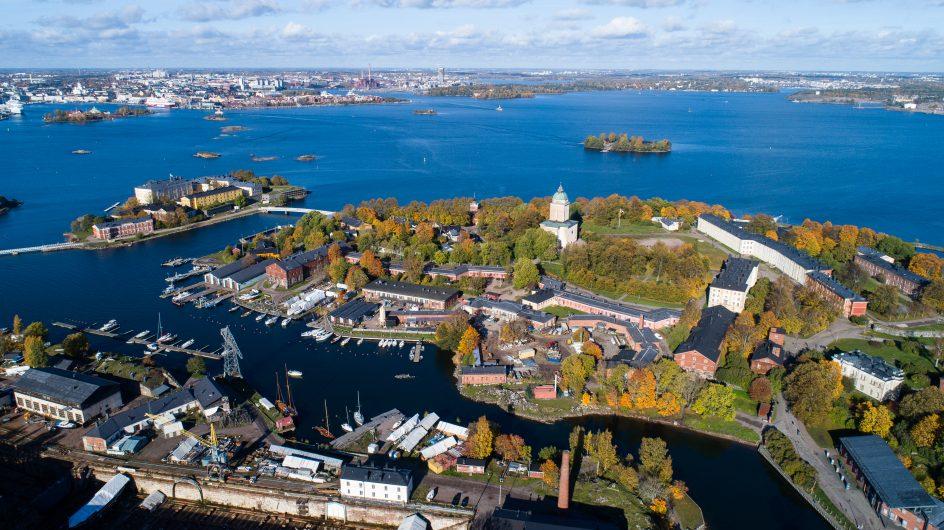 Ilmasta otettu kuva, joss näkyy Suomenlinna kirkkoineen sekä sininen meri