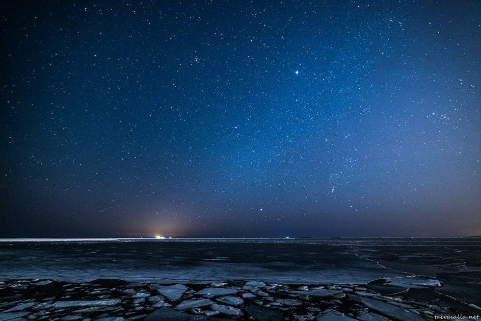 Valokuva tähtitaivaasta talvella