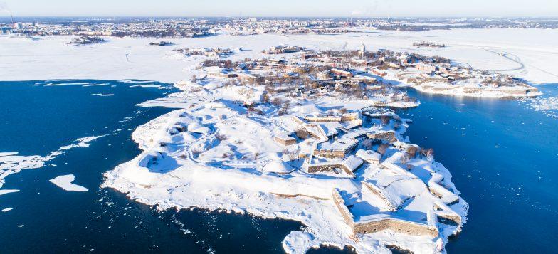 Talvimaisema ilmasta kuvattuna. Kuvassa näkyy kustaanmiekka ja taustalla helsingin mantere