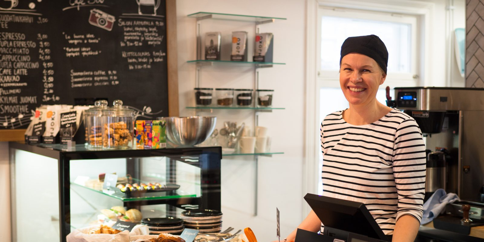Cafe Silon henkilökuntaa joka hymyilee kameralle tiskin takana.