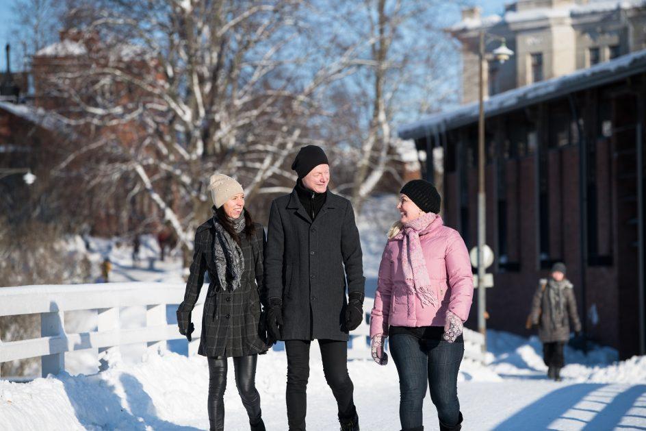 Kävijöitä Suomenlinnassa talvella Tykistölahden sillalla.