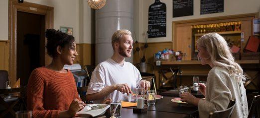 Kävijöitä syömässä ravintola Bastion Bistrossa Suomenlinnassa.