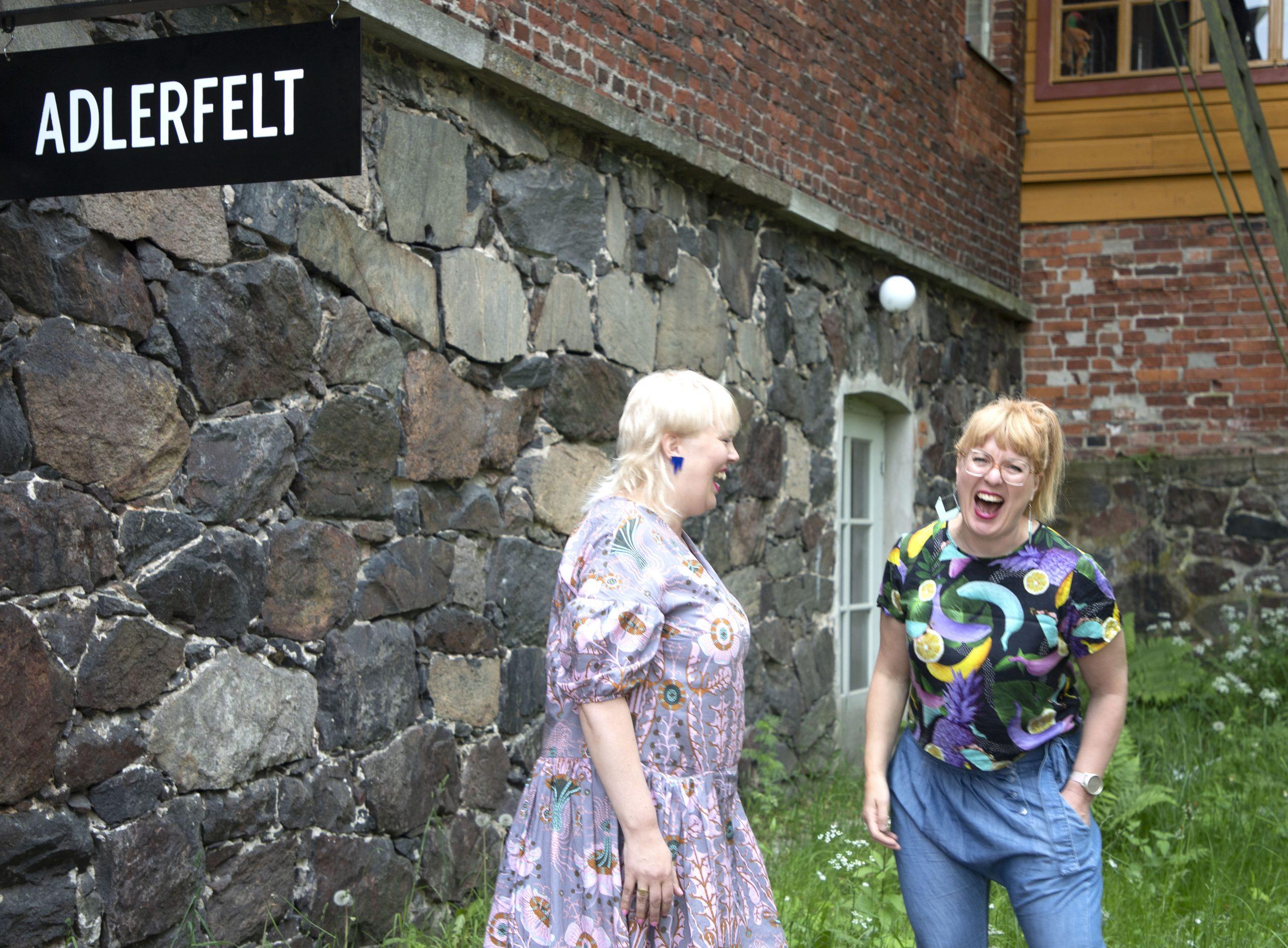Kaksi nauravaa naista ulkona