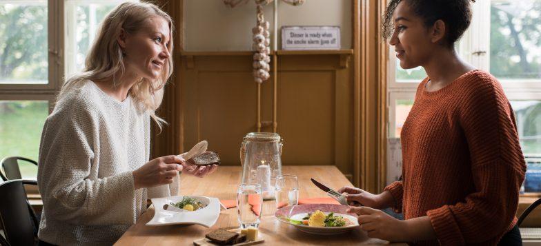 Kaksi naista syömässä Bastion Bistrossa