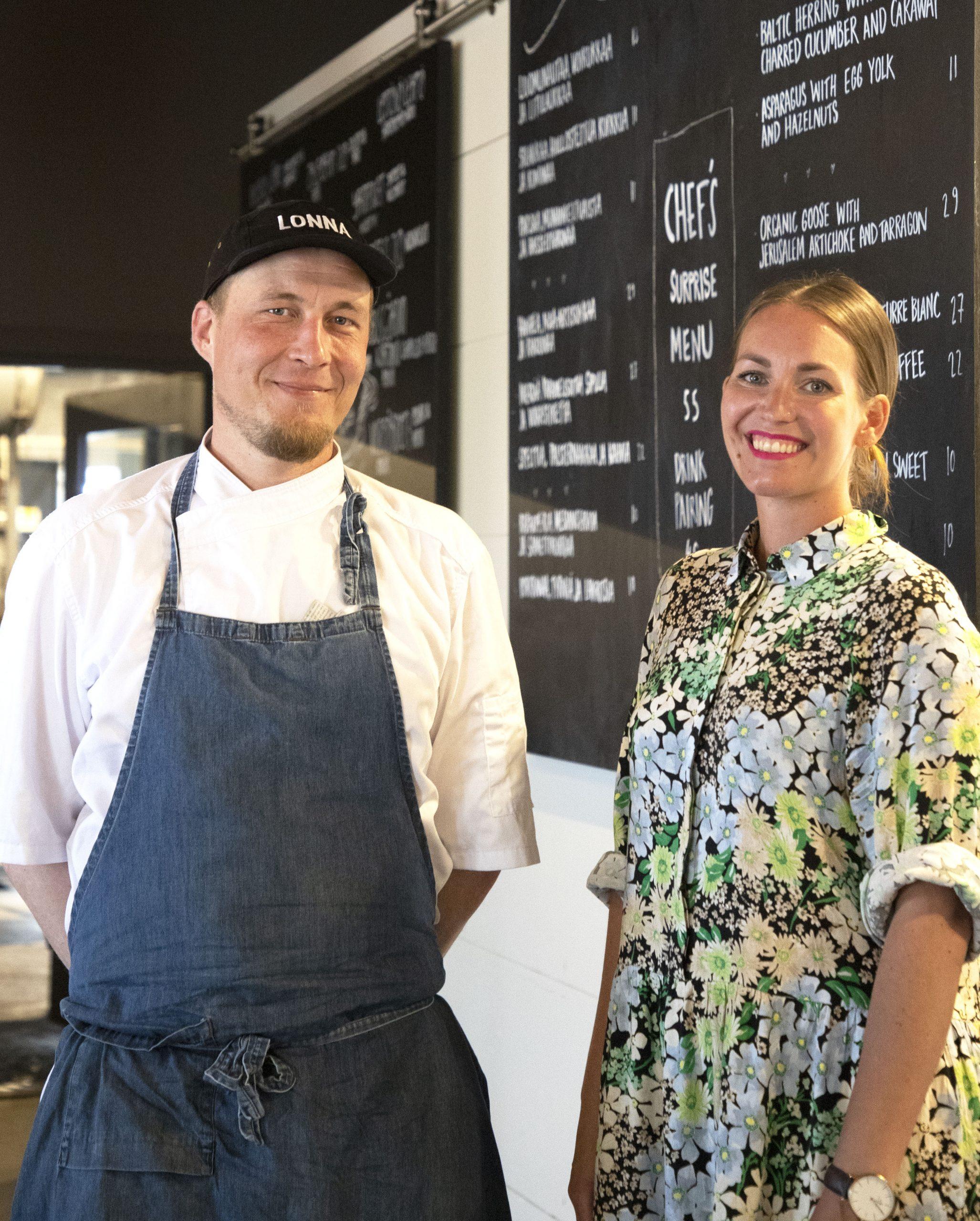 Riina Torstensson ja Tomi Laakso seisovat Lonnan liitutaululle kirjoitetun menun edessä.