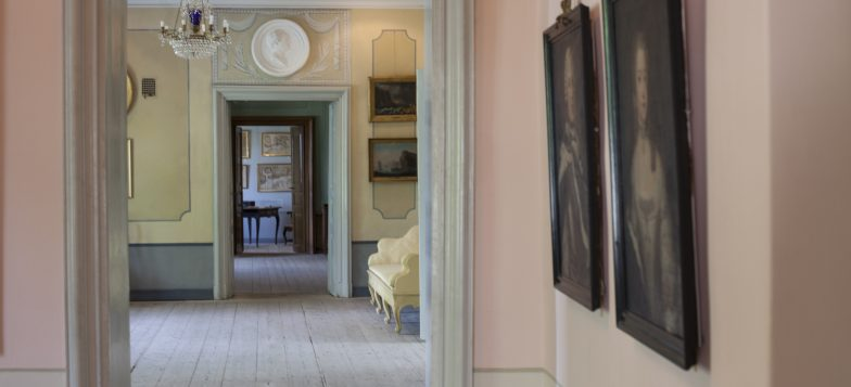 Ehrensvärd-museon käytävä, jossa näkyy 1700-luvun interiööriä