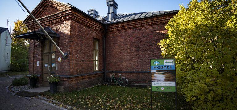 Hostel Suomenlinna kuvattuna ulkoapäin syksyllä.