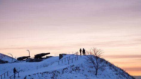 Kustaanmiekan näköalatasanteella auringonlasku ja tykkejä.