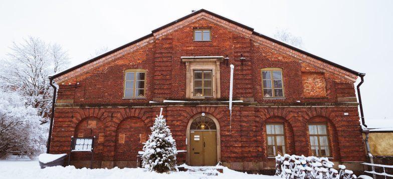 Kuvassa Suomenlinnan hoitokunnan toimisto talvella
