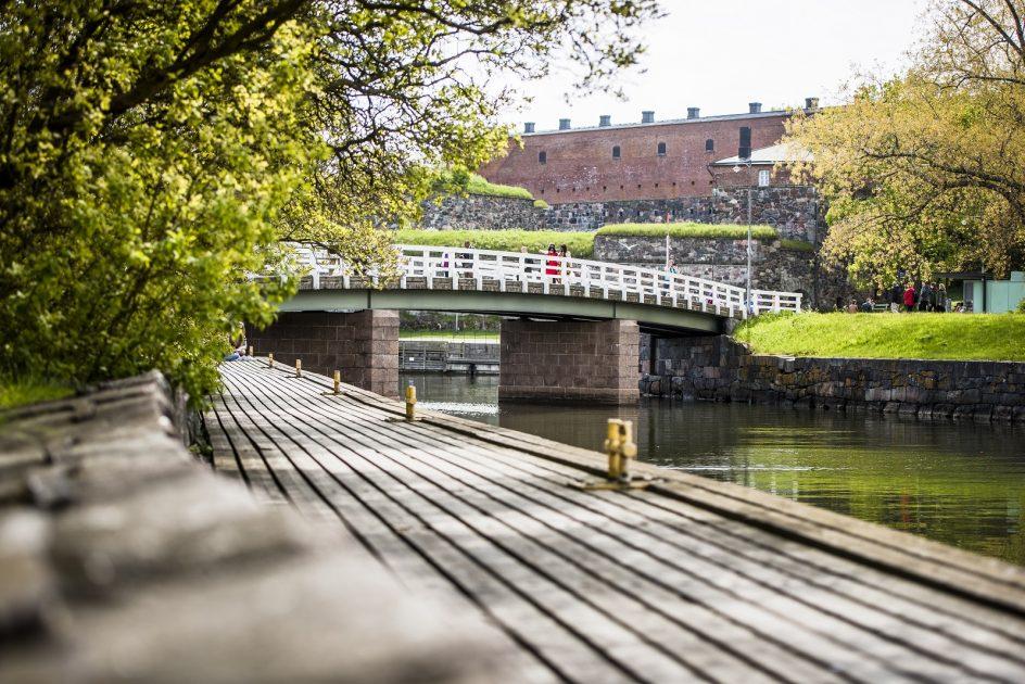 Kuvassa kesäinen Suomenlinna, jossa näkyy silta ja venelaituri.