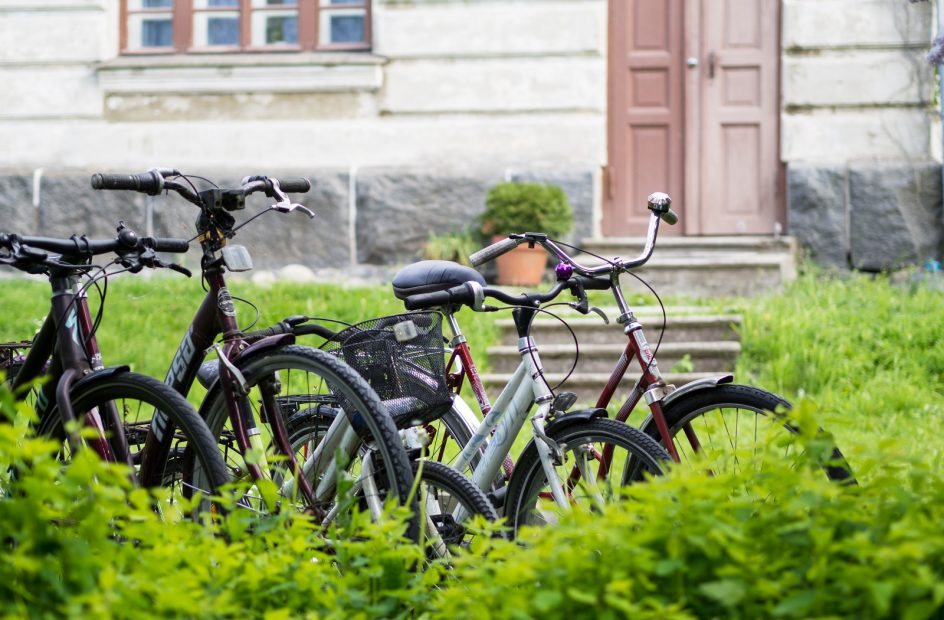 Kuvassa pyöriä asuinrakennuksen pihalla kesäisessä Suomenlinnassa