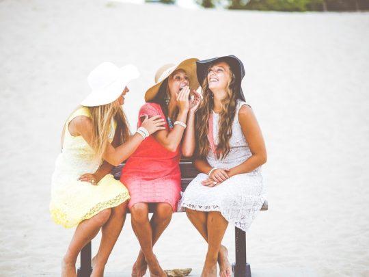 Kolme naista rannalla.