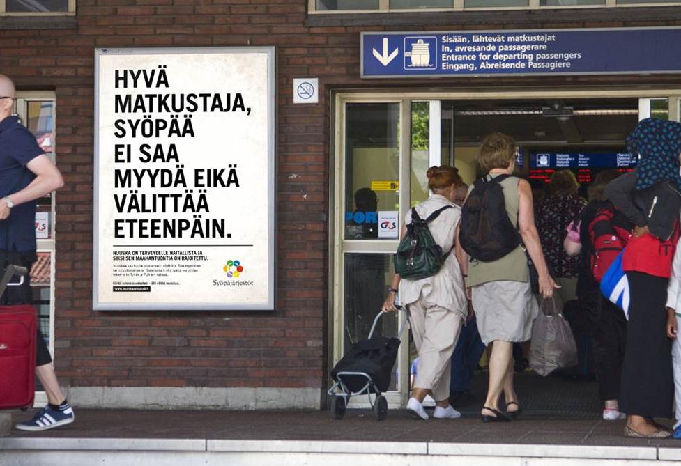 Nuuska on syöpä -kampanjan kuva matkustajasatamasta, jonka satamarakennuksen seinällä on Syöpäjärjestöjen kampanjajuliste